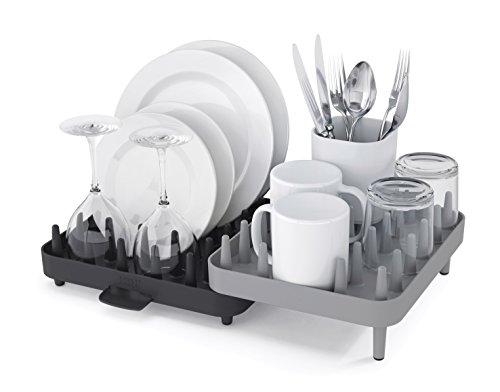 Egouttoir plastique Connect signé Joseph Joseph avec système de picots pour maintenir votre vaisselle en toute sécurité.